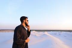 Le touriste masculin musulman parle du téléphone et partage des actualités, se tenant dedans Images stock