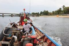 Le touriste peut des locations de bateau un bateau de pêche pour un voyage aux îles Images stock