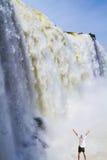 Le touriste plus âgé est choqué par une cascade Photographie stock libre de droits