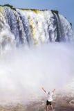 Le touriste plus âgé est stupéfié par une cascade Photo libre de droits