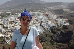 Le touriste pose dans Fira images stock