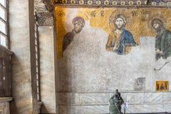 Le touriste prend la photo de Jesus Christ Pantocrator, détail de mosaïque bizantine de deesis dans Hagia Sophia à Istanbul, Turq image libre de droits