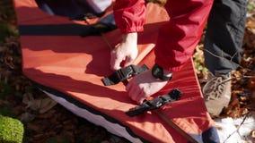 Le touriste rassemble le kayak dans le kayak d'Assamble de forêt banque de vidéos