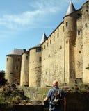 Le touriste regarde au château de la berline Images stock