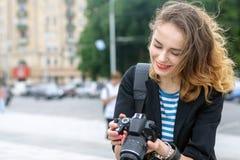 Le touriste regarde les images de la ville images libres de droits