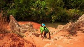 Le touriste s'élève entre les roches de la rivière en parc de Fée-courant clips vidéos