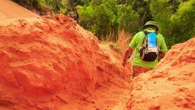 Le touriste s'élève vers le bas entre les roches de la pente de Fée-courant clips vidéos