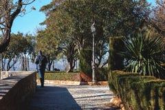 Le touriste seul marche à partir du petit parc de la ville de Ronda, Espagne photos libres de droits