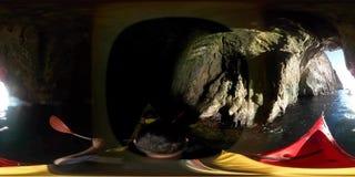 Le touriste sur des kayaks naviguent dessus dans la grotte appareil-photo de 360 degrés banque de vidéos