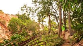 Le touriste va le long des photos de chemin en parc de Fée-courant clips vidéos