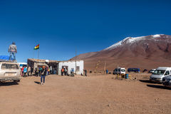 Le touriste viennent au point de patrouille de frontière de le Chili Bolivie Images stock