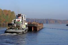 Le Towboat et barge dedans le fleuve Photos libres de droits