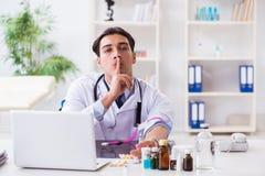 Le toxicomane de docteur dans l'hôpital Photos stock