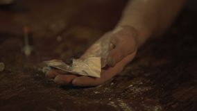 Le toxicomane inconscient, remettent complètement des pilules et de la poudre de cocaïne tombant sur la table banque de vidéos