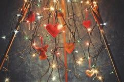 Le trépied en bois, chevalet décoré des lumières de Noël et Han Photo libre de droits