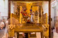 Le trône d'or de Tutankhamun a montré dans le musée du Caire photographie stock libre de droits