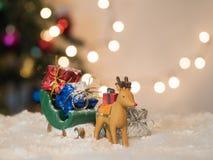 Le traîneau de vert de crochet de renne portent le boîte-cadeau Images libres de droits