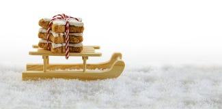 Le traîneau en bois dans la neige avec de la cannelle se tient le premier rôle, christm traditionnel Photos stock