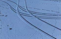 Le tracce ed i punti curvi sulla neve Fotografie Stock