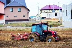 Le tracteur de ferme a collé dans le domaine à la plantation de la récolte image libre de droits