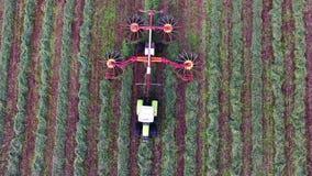 Le tracteur de ferme s'étend dans les meules de foin droites de coupures d'herbe Vue supérieure banque de vidéos