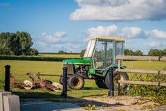 Le tracteur 2016 du Royaume-Uni Mersea pour recueillir des boules de golf sur un golf mettent en place, faucheuse Image libre de droits
