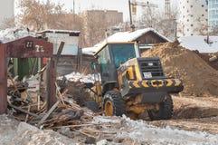 Le tracteur enlève des débris de la démolition de bâtiment Photo libre de droits