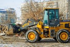 Le tracteur enlève des débris de la démolition de bâtiment Image libre de droits