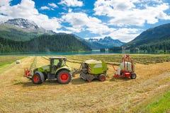 Le tracteur fonctionnant les balles de foin et crée complètement automatique Photo libre de droits