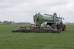 Le tracteur injecte l'engrais liquide dans un domaine Images stock