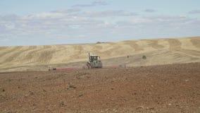 Le tracteur laboure le champ avec des charrues avant l'ensemencement Machines agricoles sur labourer le champ banque de vidéos