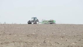 Le tracteur monte au printemps banque de vidéos