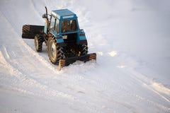 Le tracteur nettoie la neige images libres de droits