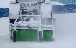 Le tracteur nettoie la neige sur le chemin Photo libre de droits