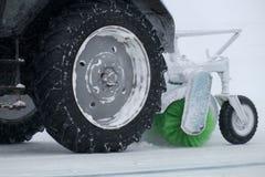 Le tracteur nettoie la neige sur le chemin Image libre de droits