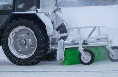 Le tracteur nettoie la neige sur le chemin Images stock