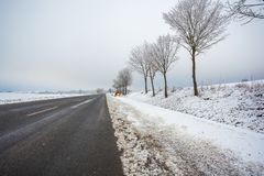 Le tracteur nettoie la route de bicyclette de la neige, paysage d'hiver image stock