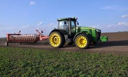 Le tracteur puissant transporte le foret de graine universel de 18 rangées photographie stock