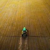Le tracteur pulvérisant le champ avec des produits chimiques au printemps Images stock