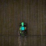 Le tracteur pulvérisant le champ avec des produits chimiques au printemps Image libre de droits