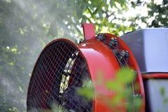 Le tracteur pulv?rise l'insecticide dans des domaines de champ de pommiers photographie stock