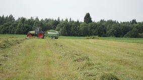 Le tracteur rassemblent le gisement de foin clips vidéos