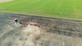 Le tracteur rural laboure le sol sur des terres cultivables, vue supérieure banque de vidéos