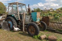 Le tracteur se tient dans le village Photographie stock