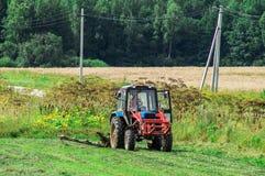 Le tracteur sur le foin en Russie photos stock
