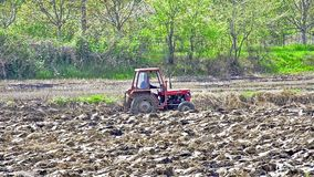 Le tracteur trace le champ d'agriculture banque de vidéos