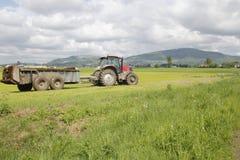Le tracteur transporte l'engrais photographie stock