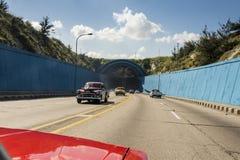 Le trafic à l'entrée La Havane de tunnel de voiture Photographie stock