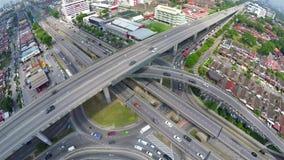 Le trafic élevé sur l'intersection posée multi de route dans Subang Jaya, Kuala Lumpur banque de vidéos