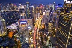 Le trafic agité au district des affaires central de Jakarta image stock